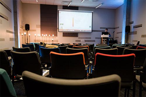 Konferencijų fotografavimas - tuščia salė prieš pranešimą
